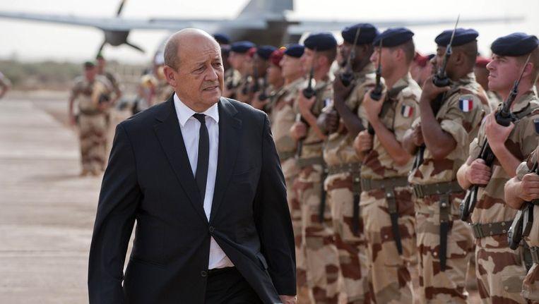 Frans minister van Defensie Jean-Yves Le Drian vorige week op bezoek bij Franse troepen in Mali. Beeld afp