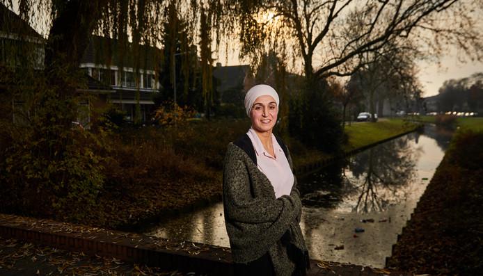 Louisa Boulkhrif begeleidt kinderen met hun huiswerk. ,,Ik heb sterk het gevoel dat ik op aarde ben gezet om kennis over te dragen.''