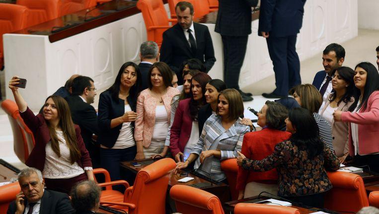 Parlementsleden van de pro-Koerdische HDP-partij nemen een selfie vooraleer ze hun tegenstem uitbrengen.