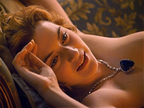 Men vreesde dat de borsten van Kate Winslet iets te veel zouden afleiden, en dus werden ze vakkundig weggeknipt.