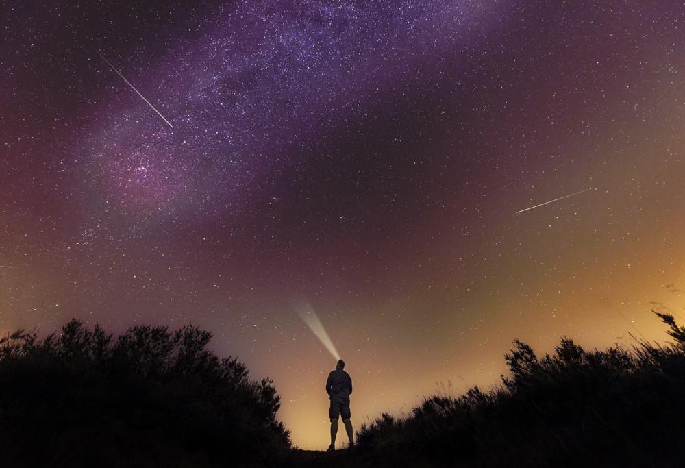 Een man kijkt naar de sterrenregen op de Brunsummerheide.