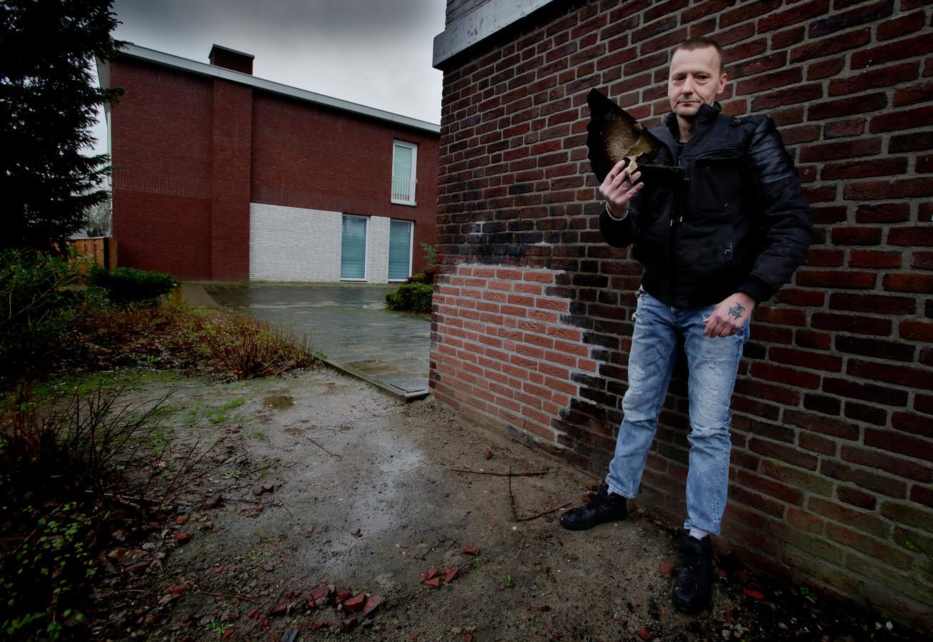 Roger Wagemans bij zijn flat aan de Thorbeckeweg waar allerlei gedumpt grofvuil in brand werd gestoken.