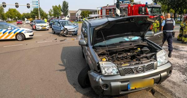 Ongeluk in Apeldoorn: vrouw naar het ziekenhuis, hond op de achterbank komt met de schrik vrij.