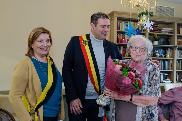 Rosa Franssens mocht maandag 100 kaarsjes uitblazen en werd gefeliciteerd door een delegatie van het schepencollege.