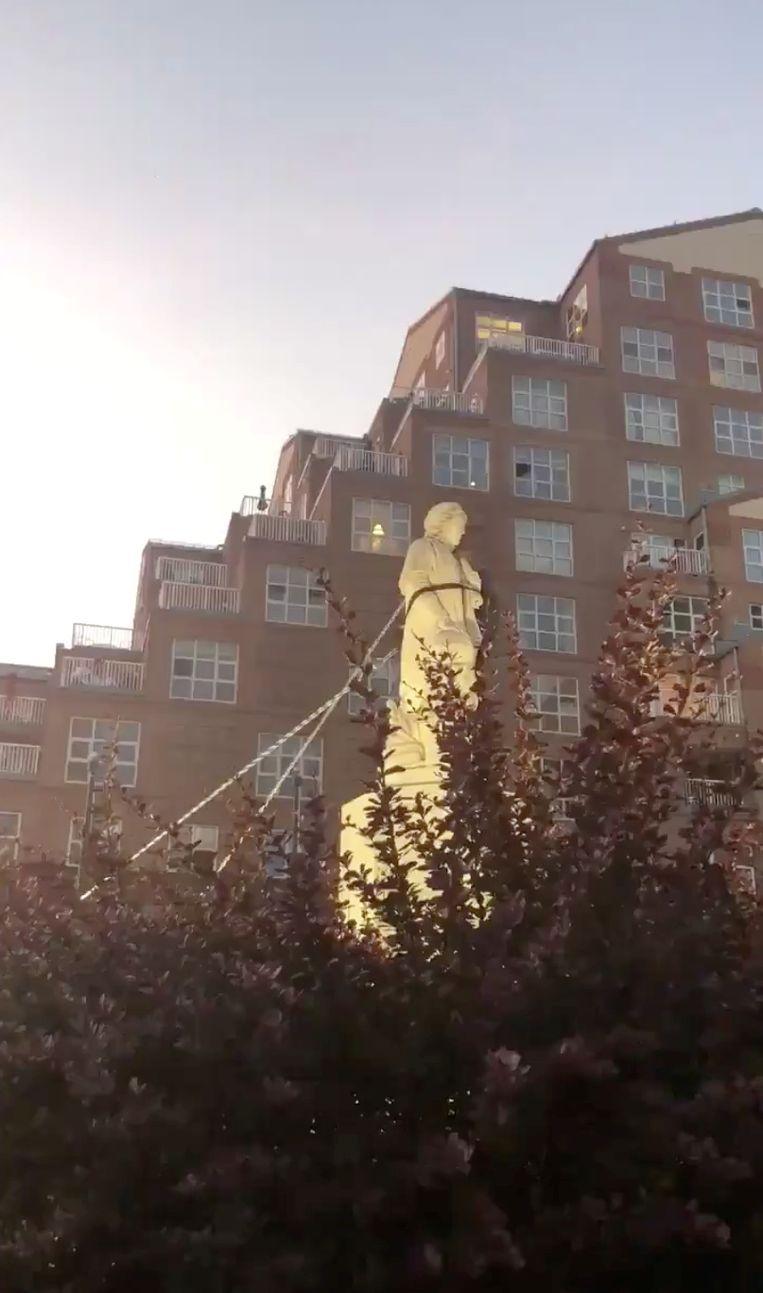Demonstranten trekken het standbeeld van Columbus neer in Baltimore. Beeld SPENCER COMPTON via REUTERS