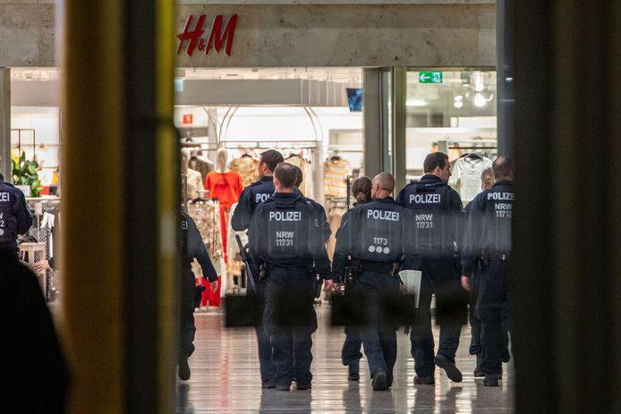 Duitse agenten deden deze week onderzoek in het winkelcentrum in Duisburg waar de eerste verdachte (31 jaar) voor het eerst werd gesignaleerd.