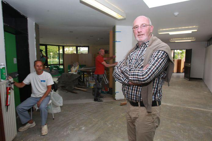 Directeur Bernard Billiet in de gang, waar werkmannen nog druk bezig zijn.