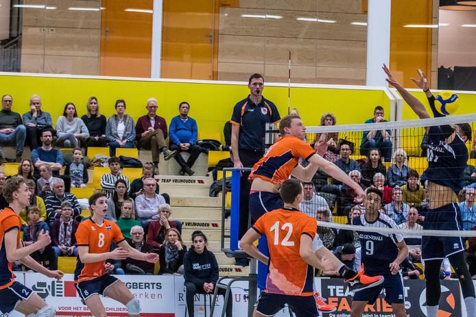 Jong Oranje probeert in de Almelose IISPA-hal het blok van de Fransen te slopen. Dat lukte niet, de Fransen wonnen de oefenwedstrijd met 3-1.