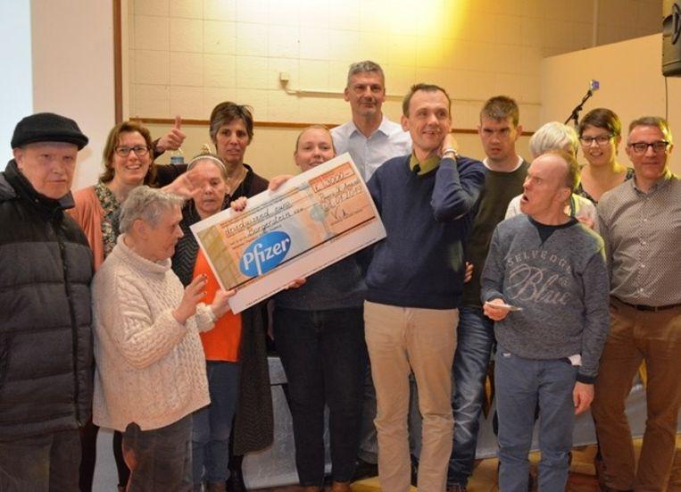 Pfizer Puurs schenkt een cheque van 3.000 euro aan Borgerstein.