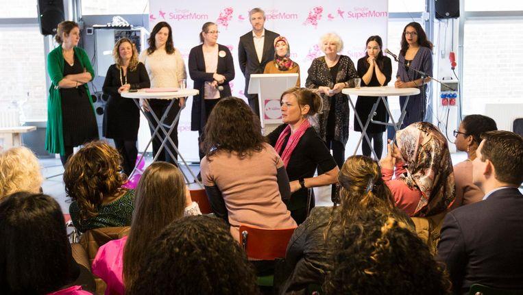 Wat doen de Amsterdamse partijen voor alleenstaande moeders? Beeld Maarten Brante
