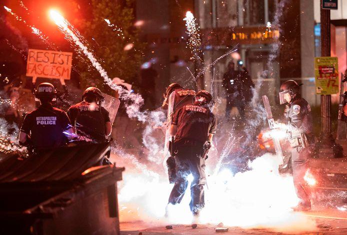 Des pétards jetés par des manifestants explose au pied d'un policier à Washington D.C.