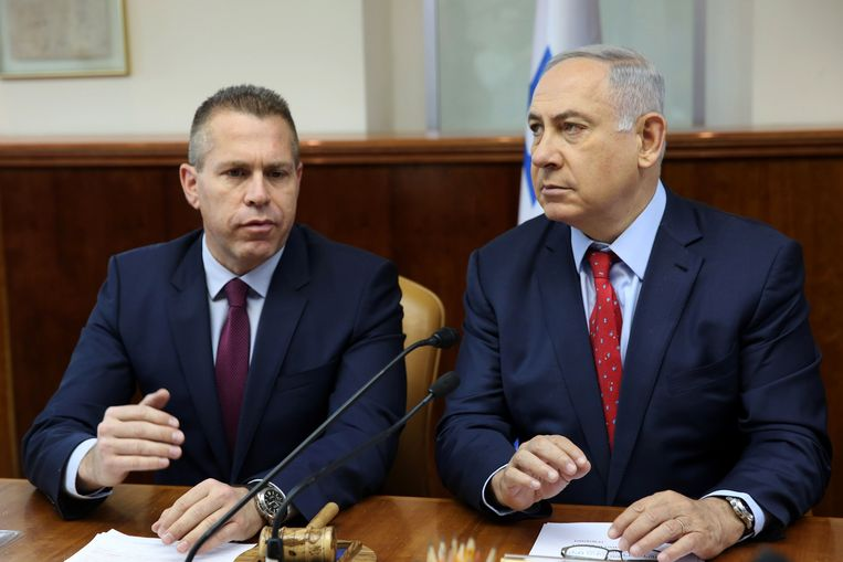 Minister van nationale veiligheid Gilad Erdan en premier Benjamin Netanyahu tijdens een kabinetsvergadering in 2016. Beeld anp