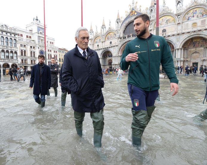 De Italiaanse bondsvoorzitter Gabriele Gravina en AC Milan-goalie Gianluigi Donnarumma.
