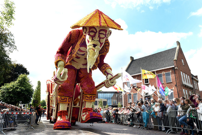 De Chinese reus passeert het gemeentehuis van Oost Gelre in hartje Lichtenvoorde.