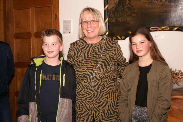 Matthijs de Jager, de nieuwe kinderburgemeester, Doesburgs burgemeester Loes van der Meijs en Elisa Feenstra, de vorige kinderburgemeester.