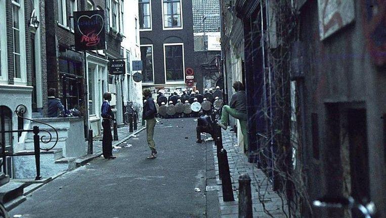 ''Ik liep tegen het einde van de dag in de Damstraat en ging even het straatje in waar de Chez Nelly was gevestigd. Eigenaar Gert Jan Dröge stond in de deuropening en terwijl we de situatie doorpraatten, verplaatste een deel van het oproer zich naar die krappe Bethaniëndwarsstraat.'' Foto Hans Waterman Beeld