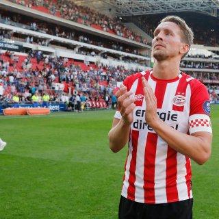 Na moeizame 3-1 zege op ADO komt PSV in punten (77) weer gelijk met Ajax