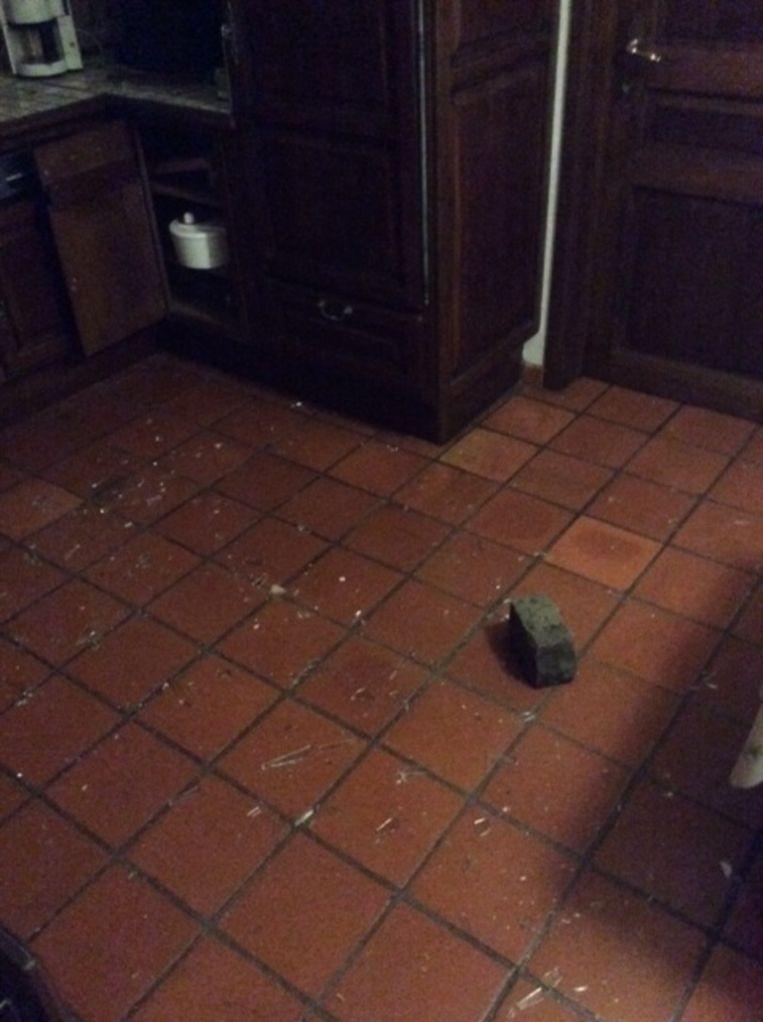 KONINGSHOOIKT - De daders probeerden eerst met een sierstuk uit de tuin het raam in de keuken in te slaan. Toen dat niet lukte, gebruikten ze een kassei uit de tuin.