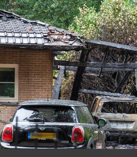 Buurman ziet vuurbal: villawijk in Hierden houdt hart vast als auto en vrijstaand huis uitbranden