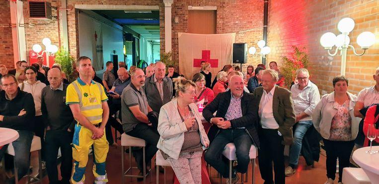 Vrijwilligers en sympathisanten tijdens de viering van 75 jaar Rode Kruis Arendonk