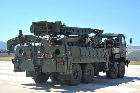 Een legertruck met onderdelen van een S400-systeem op een Turkse luchtmachtbasis.