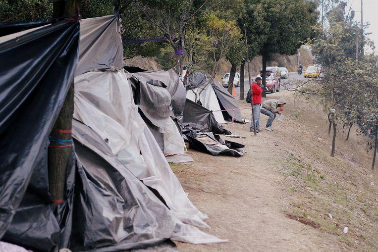 Venezolaanse migranten poetsen hun tanden in een geïmproviseerd busstation bij Quito, Ecuador. Elf Latijns-Amerikaanse landen roepen de internationale gemeenschap op om hen meer te helpen de honderdduizenden Venezolanen op te vangen die het land zijn ontvlucht vanwege de economische en politieke crisis van de voorbije maanden.