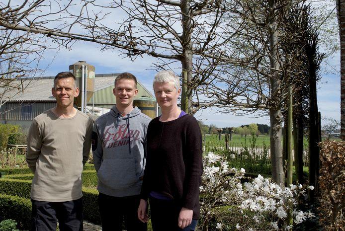 Dirk Rummens, Ann Vandepoel en zoon Thijs aan de hoeve.