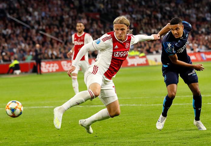 Danilho Doekhi (rechts) als Vitessenaar tegen Ajax. Hij duelleert met Kasper Dolberg.