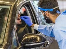Ambtenaren provincie Flevoland helpen zorgmedewerkers bij werkzaamheden
