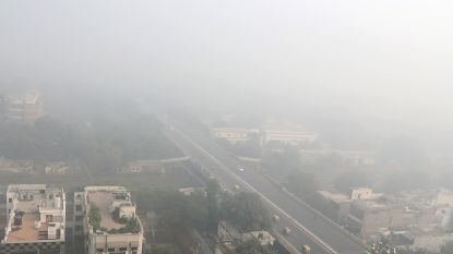 India sproeit water over New Delhi tegen luchtvervuiling