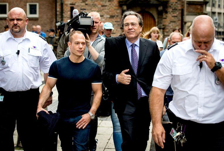 Yuri van Gelder en zijn advoaat Cor Hellingman verlaten de rechtbank van Arnhem na afloop van het kort geding. De turner spande een kort geding aan tegen NOC NSF om alsnog deel te mogen nemen aan de toestelfinale (ringen) bij de Olympische Spelen in Rio de Janeiro. Beeld anp