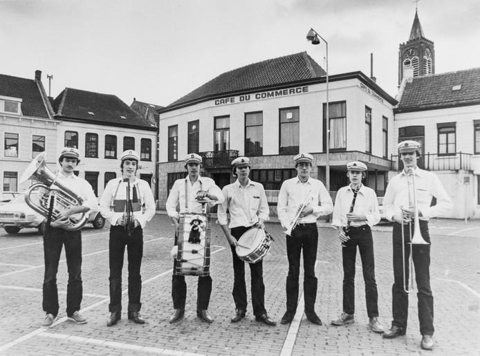De No Longfield Jazzcrackers, Edwin Lauret met de bass drum, in 1980.