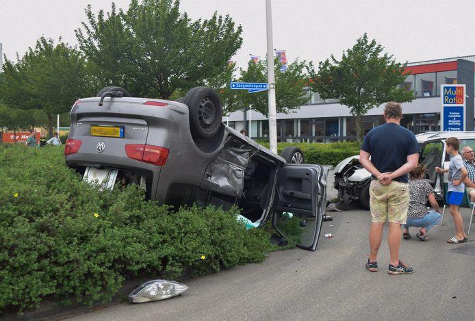 De auto landde ondersteboven in de struiken in Doetinchem.