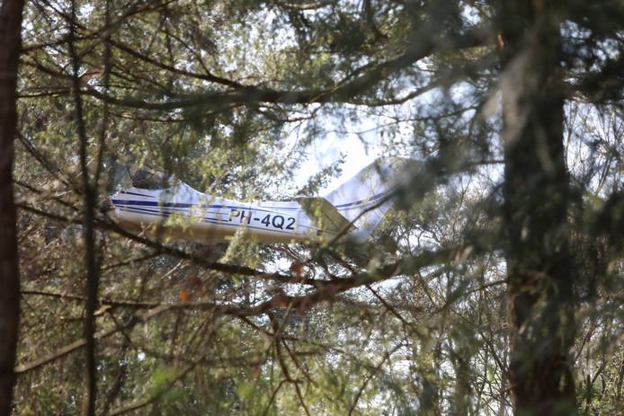 Het vliegtuigje belandde in een boom