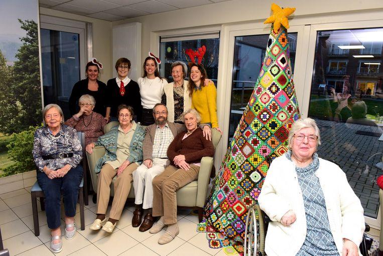 Enkele bewoners en personeel van Eyckeborch bij de gehaakte kerstboom