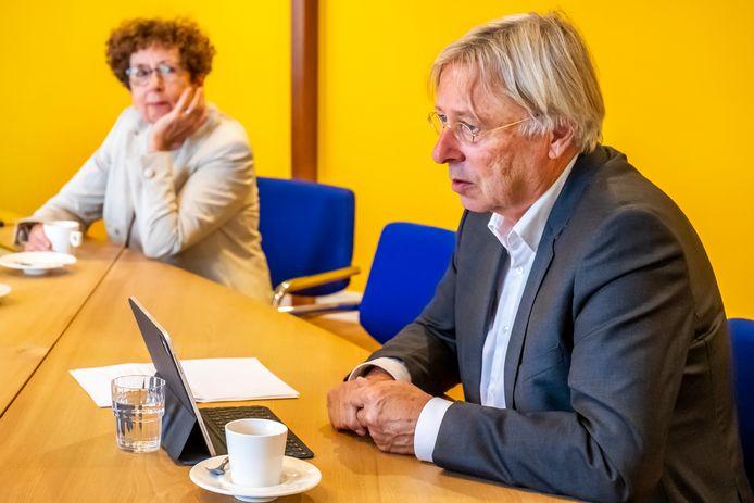 Burgemeester Peter den Oudsten en GGD-baas Nicolette Rigter tijdens een eerdere bijeenkomst over de coronacrisis