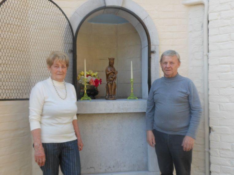Jenny Deneyer en haar echtgenoot Willy Saelens poseren fier aan de door de Landelijke Gilde gerenoveerde kapel van Maurice van den Boor van de Put.