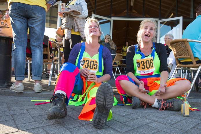 Astrid van der Veer (l) en Esther van Leeuwaarden uit Geersdijk tandemen niet alleen, ze gaan ook altijd verkleed. Dit jaar wordt een prijs uitgereikt aan de leukst verklede deelnemer .