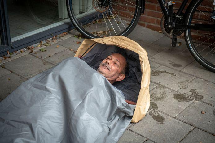 Remco, bewoner van Het Witte huis, kreeg vandaag de shelterbags overhandigd en probeerde er zelf ook een uit.