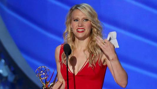 Kate McKinnon en haar Emmy voor Saturday Night Live.