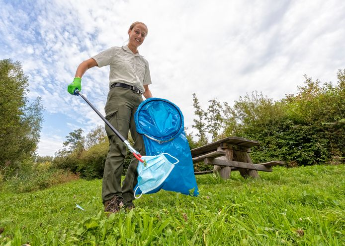 Boswachter Lisa Wassenaar ruimt afval op tijdens een rondje door het Balijbos.