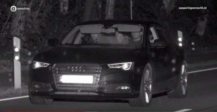 Screenshot uit het programma 'Opsporing Verzocht'. In de Audi de drie verdachten van een plofkraak in Duitsland.