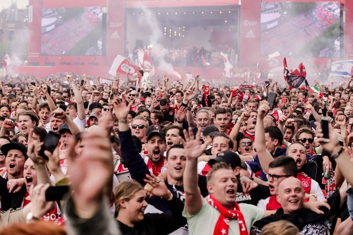 Ajaxsupporters zijn blij met het kampioenschap (2019)