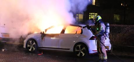 Brandweer moet weer uitrukken: auto en bankje in lichterlaaie