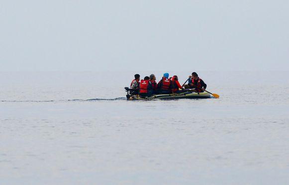 Vluchtelingen in een rubberbootje voor de kust van het Griekse eiland Kos.