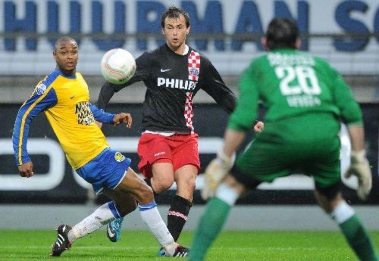 Colin van RKC in duel met PSV-speler Lazovic. ANP Beeld