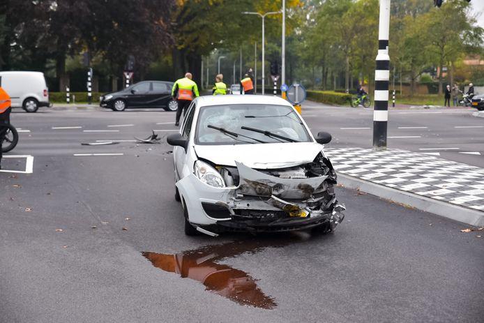 Twee auto's op elkaar gebotst op kruising van de Baroniebaan met Gilzebaan in Tilburg.