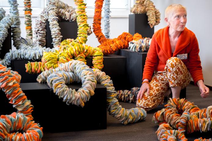Anja Frijters bij haar knuffelkunst. Ze gaat weer exposeren op de Kunst- en Cultuurroute Moerdijk 2019.