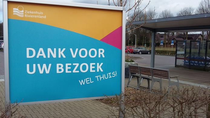 Bij de uitgang van ziekenhuis Rivierenland.
