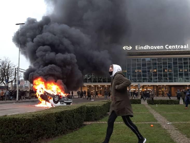 VIDEO: ME en politie krijgen relschoppers Eindhoven maar niet onder controle, winkels geplunderd